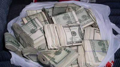 В Хабаровске пенсионерка вернула владельцу найденные на улице 250 тыс рублей