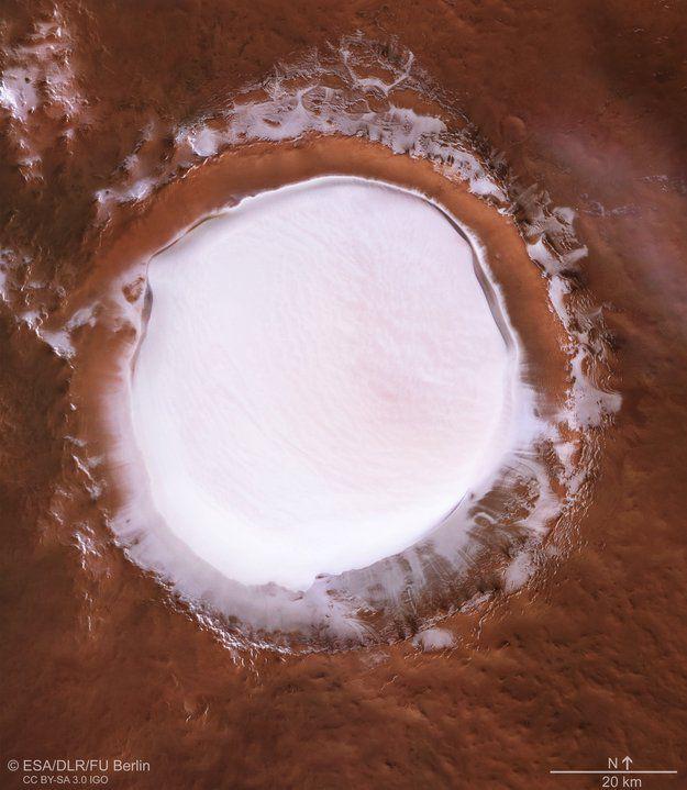 """""""Похоже на тарелку с молоком"""": На Марсе засняли наполненный льдом кратер"""