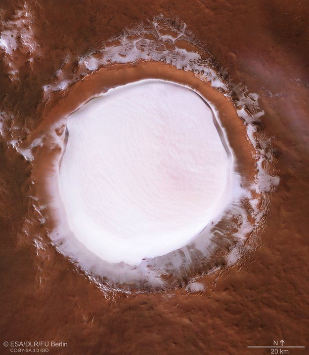 Напоминает тарелку с молоком: на Марсе запечатлели кратер, наполненный льдом