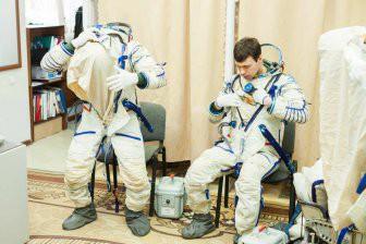 NASA показало видео, как космонавты заново учатся ходить на Земле
