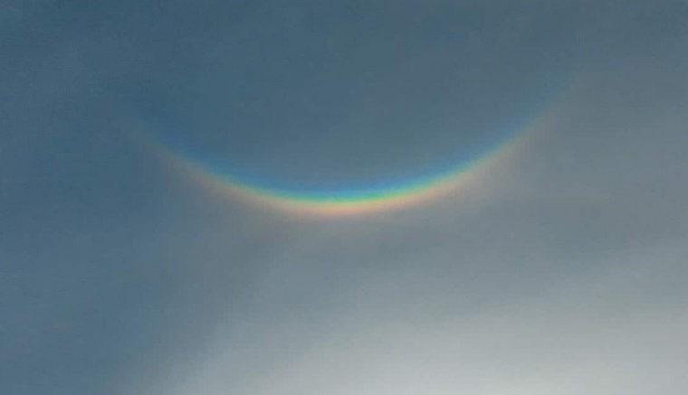 В небе над Канадой появилась перевернутая радуга