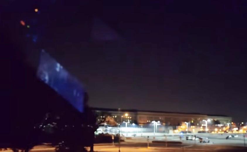 Над Пентагоном завис огромный НЛО в виде пирамиды