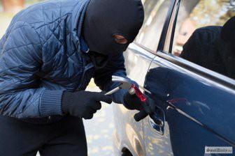 Вор сам вызвал полицию, когда застрял в авто, которое хотел украсть