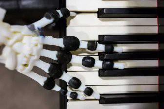 3D-рука робота сыграла «Jingle Bells» на пианино