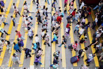 Названо необходимое расстояние между пешеходами, чтобы они не врезались друг в друга
