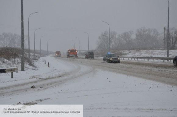 «Тут закончилась дорога»: снегопады парализовали движение по трассам Украины