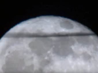 Гигантскую черную полосу на Луне уфологи связали с Нибиру и Апокалипсисом