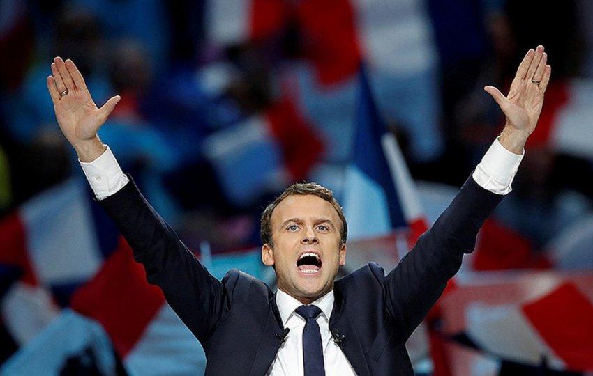 Президент Франции Эммануэль Макрон нянчит внуков своей жены