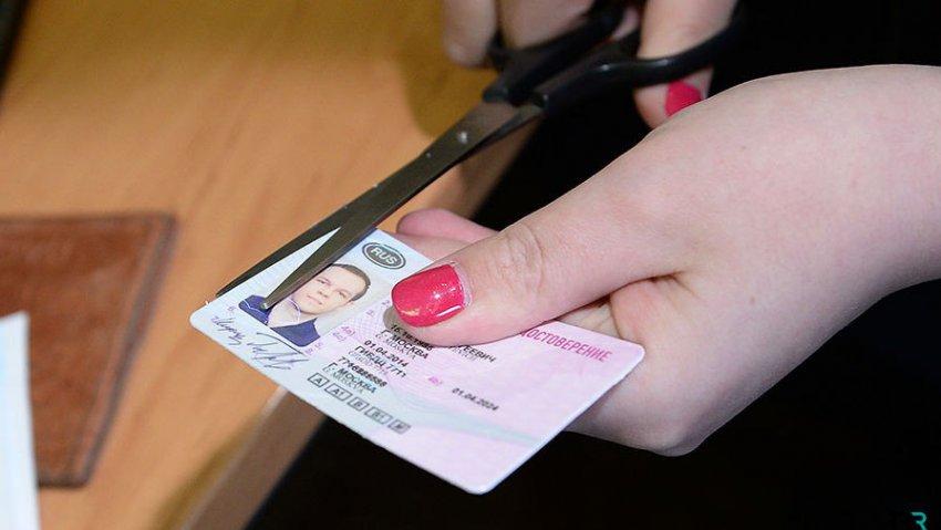 ГИБДД планирует установить формат электронных водительских прав в 2019 году