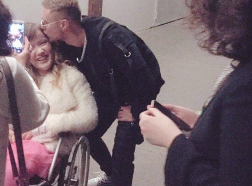 Егор Крид поцеловал поклонницу в инвалидном кресле
