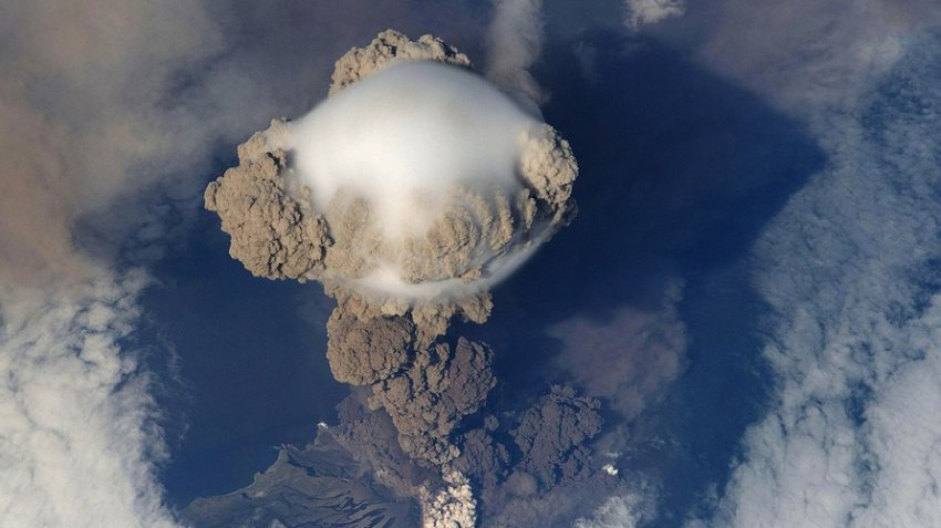 Вулкан, кишащий акулами-мутантами и скатами, скоро взорвется