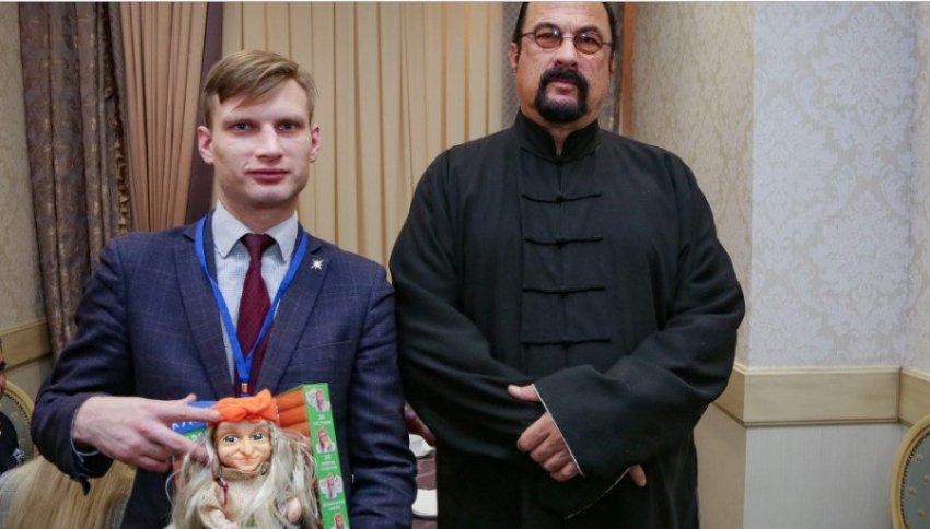 «Супергерой» Стивен Сигал познакомился с русским супергероем – Бабой Ягой