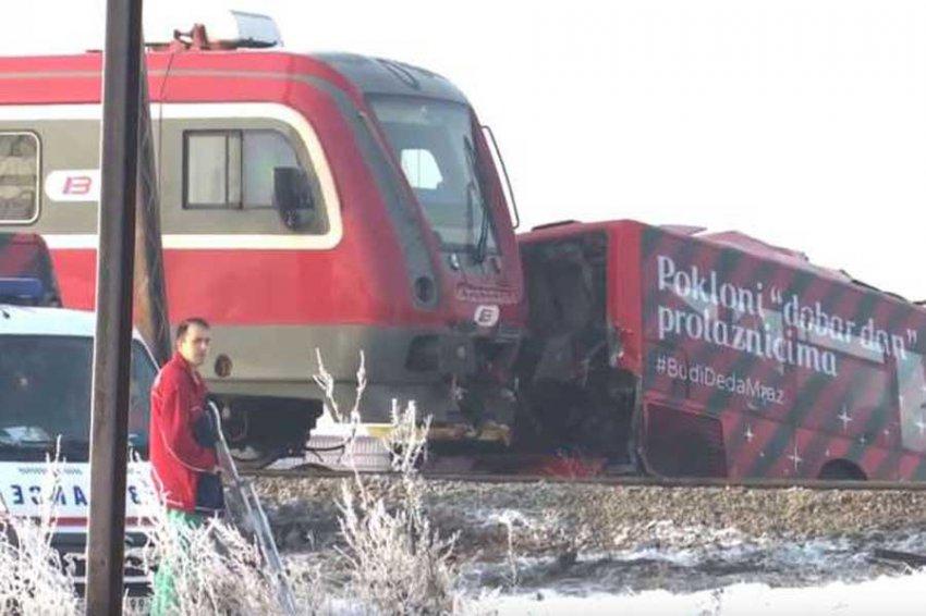 В Сербии поезд снёс школьный автобус, есть жертвы