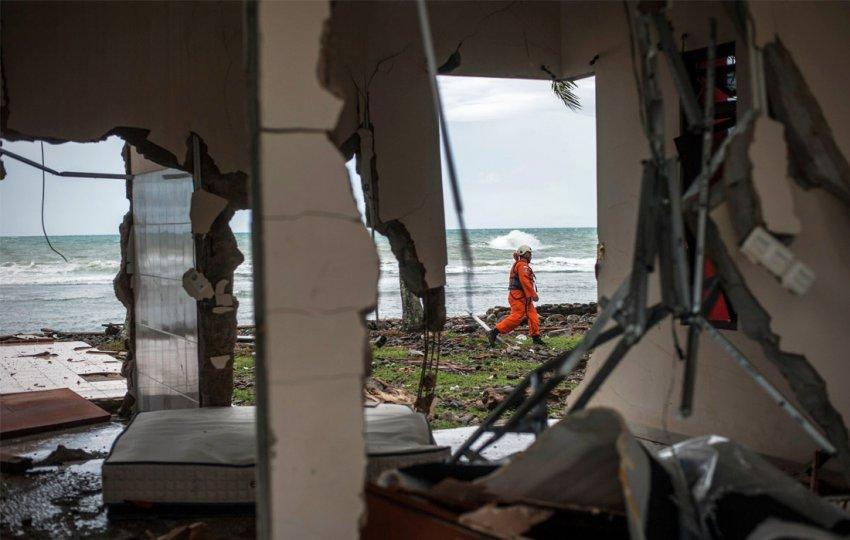 Последствия цунами в Индонезии 2018 - фото, видео, последние новости