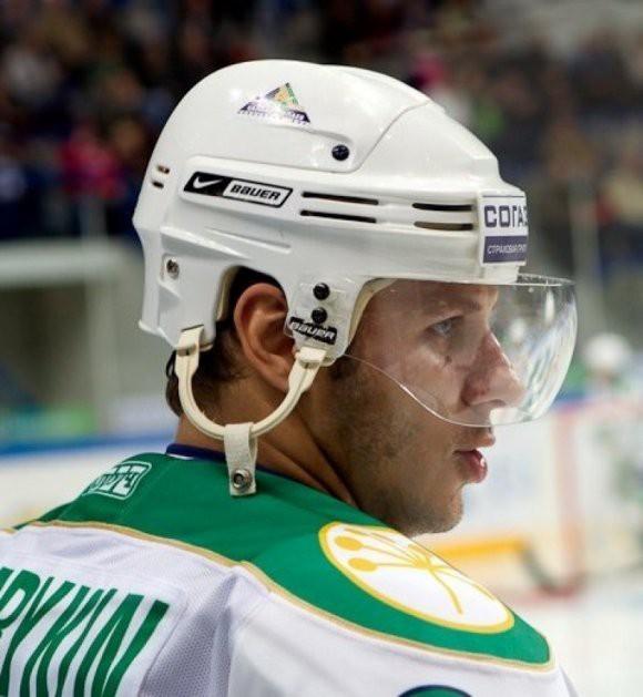 Стало известно имя и судьба хоккеиста, устроившего дебош в летевшем в Москву самолете