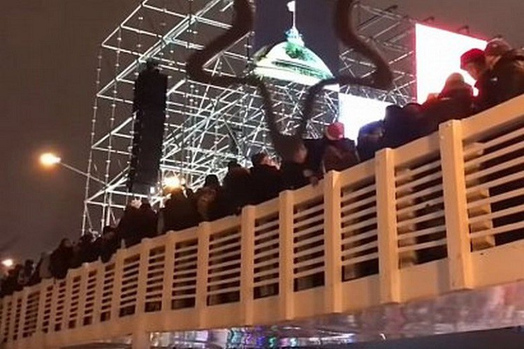 Обрушился мост в парке Горького - видео, подробности