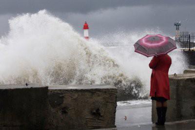 Тысячи туристов и жителей Таиланда покинули побережье из-за урагана