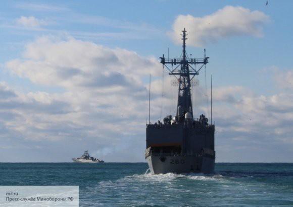 Сторожевой корабль РФ контролирует морское судно США в Черном море