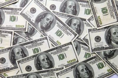 В первые с декабря доллар опустился ниже 67 рублей