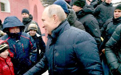 В Петербурге Путин успокоил расплакавшуюся девочку