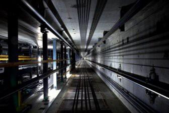 Скелетированные останки человека обнаружили в шахте лифта в Москве