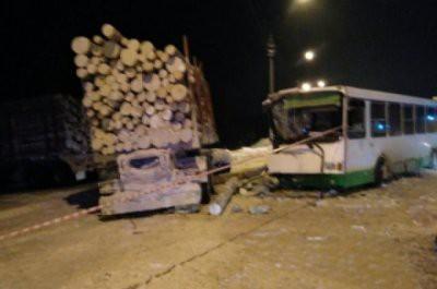 В ДТП под Сыктывкаром пострадали 15 человек
