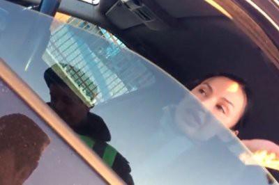 Видео: на Урале бизнесвумен на BMW X5 обматерила остановивших ее гаишников