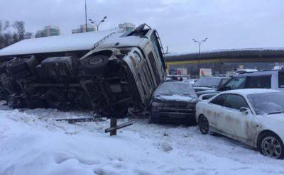 НА МКАД фура разбила 12 автомобилей и перевернулась