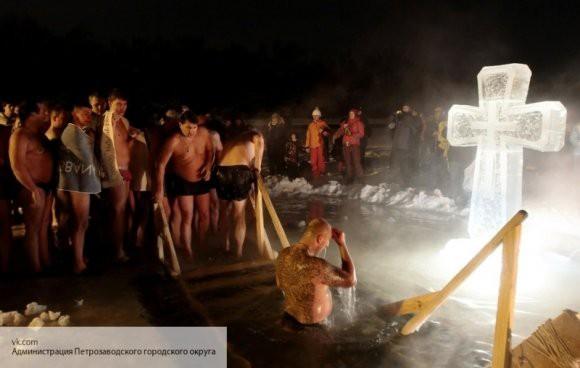 Каждый пятый житель России планирует искупнуться в проруби на Крещение