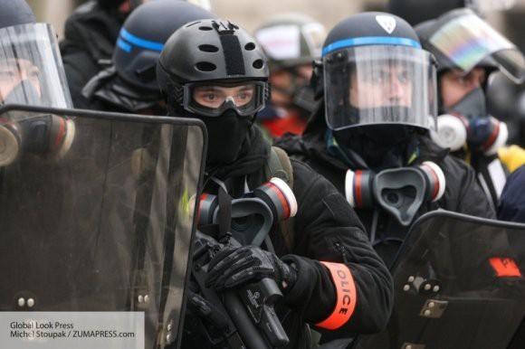 Против «желтых жилетов» в Париже применили слезоточивый газ и водомет