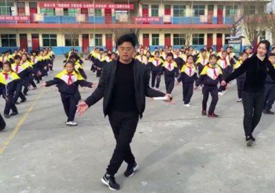 В Китае директор школы ввел обязательные танцы на переменах