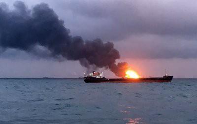 После пожара на двух суда идут поиски 9 моряков