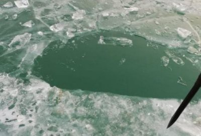 На Балхаше автомобиль с рыбаками провалился под лед