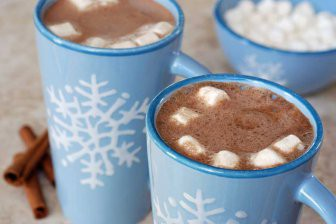 Жителям столицы посоветовали согреваться какао вместо алкоголя