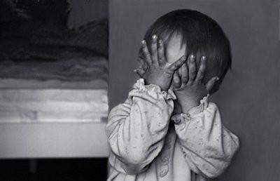 В Омске родители пожаловались на заклеивавшую детям рты воспитательницу детсада