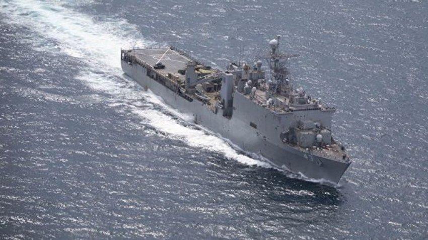 Большой десантный корабль ВМС США идет в Черное море