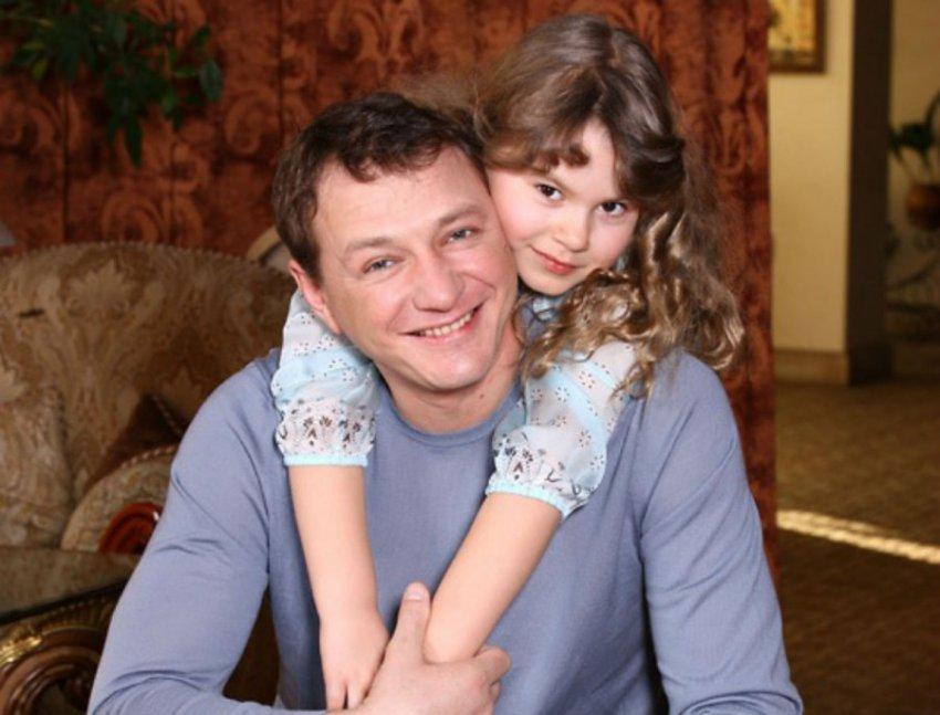 Гонорары Марата Башарова позволяют ему вести безбедную жизнь