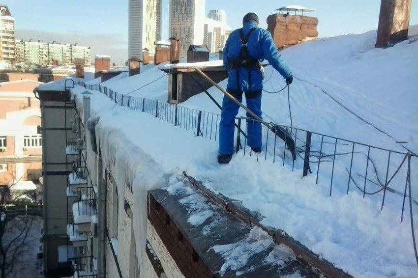 Женщина погибла в результате падения снега с крыши дома в Москве