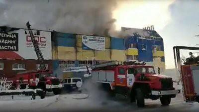 В Сургуте горит мебельный склад торгового центра
