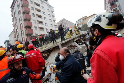 Из-под завалов рухнувшего в Стамбуле дома извлекли живого ребенка
