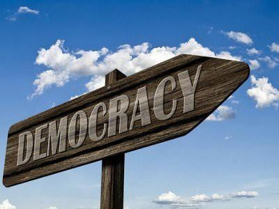 Опрос: Большинство россиян верят в демократию
