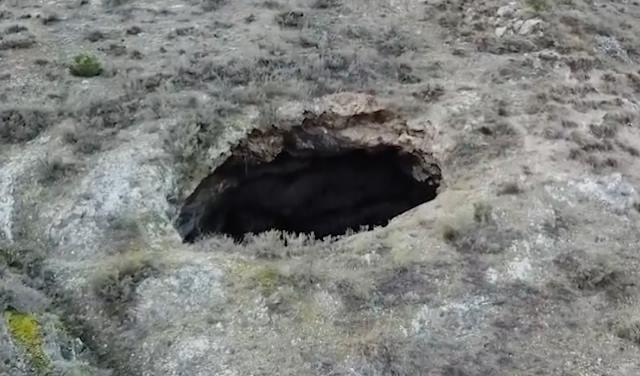 В Испании из провала в земле ночью вылетели два НЛО