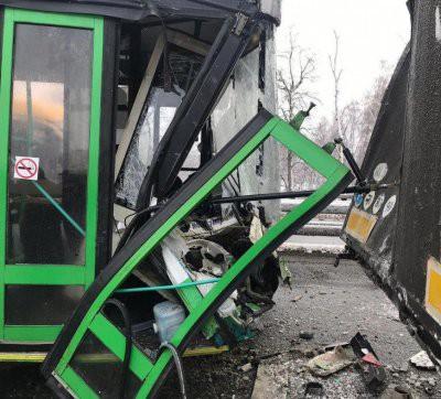 В Новой Москве пассажирский автобус врезался в фуру