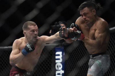 Как Петр Ян победил Джона Додсона на турнире UFC в Праге: видео боя