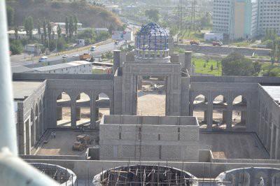 На строительстве мечети в Душанбе рабочие упали с высоты в 60 метров