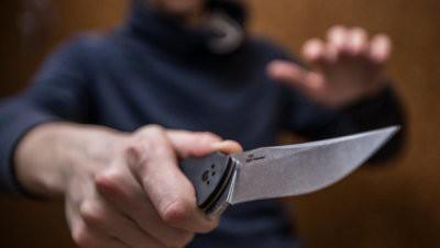В Алматы скупщик краденого дважды ранил полицейского при задержании