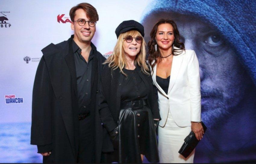 Алла Пугачева пришла на показ фильма в кожаной мини-юбке