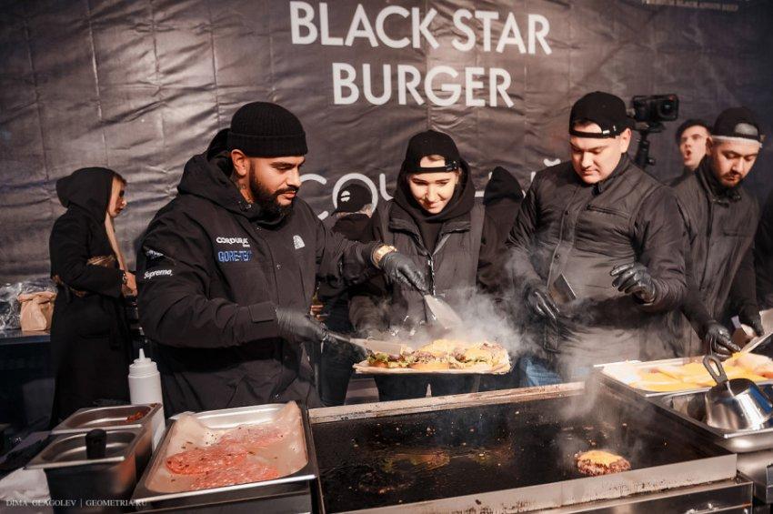 Тимати с Бабой Ягой раздали 1 000 бургеров в Екатеринбурге