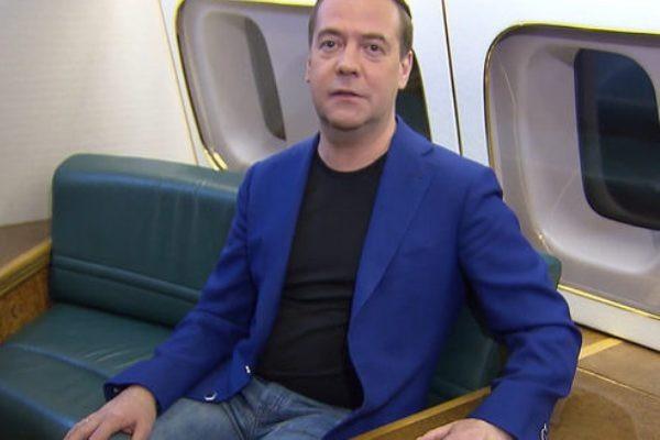 Россияне завалили дизлайками поздравление Медведева с 8 Марта