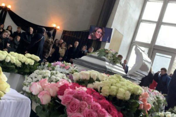 Родные скрыли лицо Началовой в гробу от поклонников